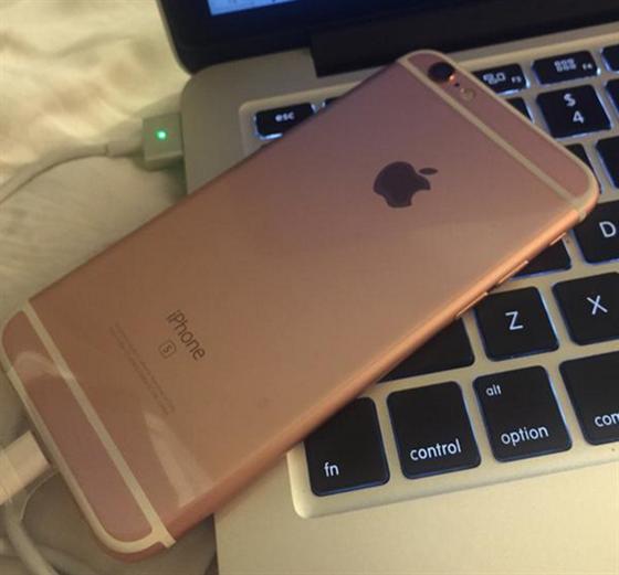 iPhone 6s jí doručili předčasně. Omyl z ní udělal exkluzivní ... f0c89df643f