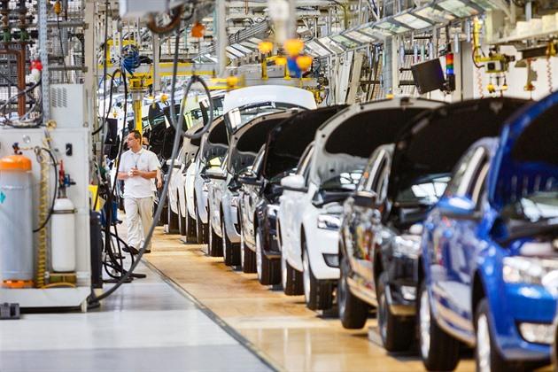 Motor českého průmyslu vychladl. Registrace nových vozů naskakují pomalu