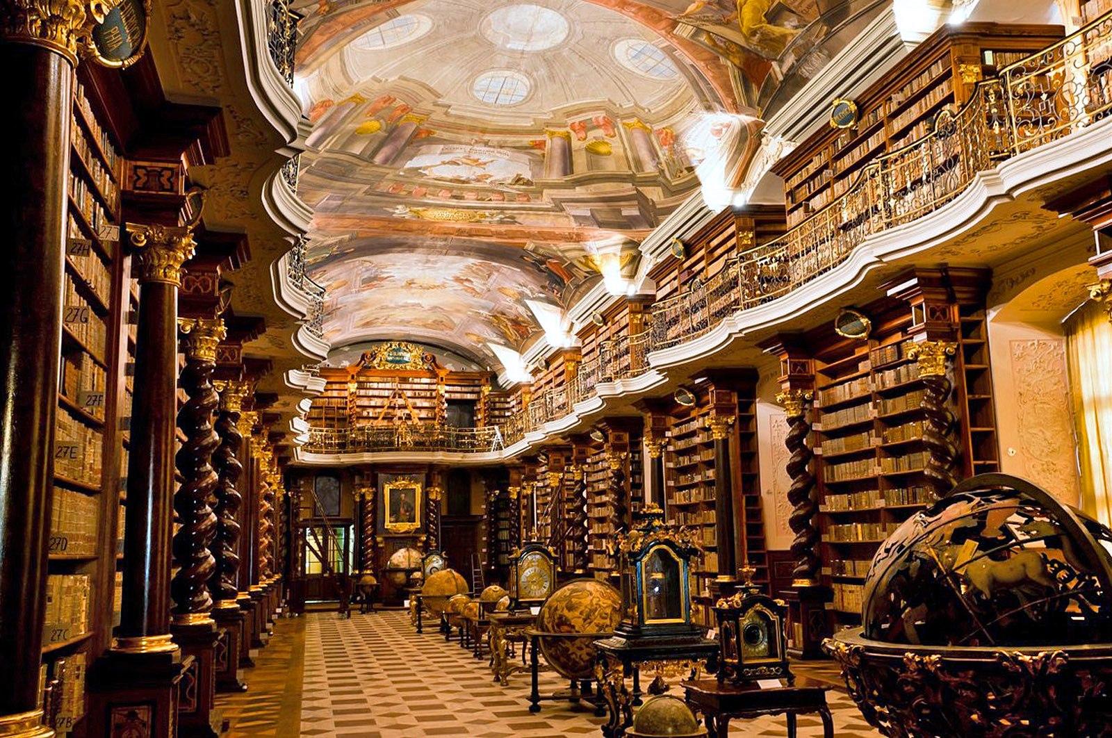 Risultati immagini per barokni knihovna praha