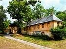 Cibulka. Ač má status národní kulturní památky, usedlost chátrá. Rozlehlý park...