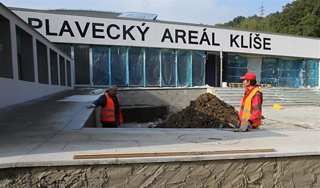 Obnova plaveckého areálu na Klíši nabere zpoždění, fungovat začne v červnu