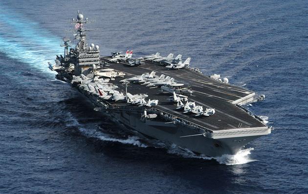 Kvůli sporu o zvládání nákazy na lodi odstoupil ministr námořnictva USA