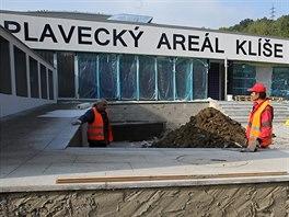 Rekonstrukce plaveckého areálu na Klíši měla podle původní smlouvy skončit do...