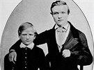 Šestnáctiletý Andrew Carnegie (vpravo) se svým bratrem Thomasem.
