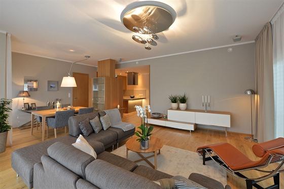 94b5b0e0f V dejvickém bytě je vstupní hala, technické zázemí, pokoj a koupelnu pro  hosty,