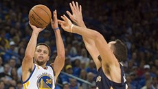 Stephen Curry z Golden State pálí v utkání proti  New Orleans.