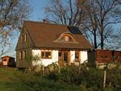 Vlastníma rukama si postavili dům ze slámy i farmu. Čekají