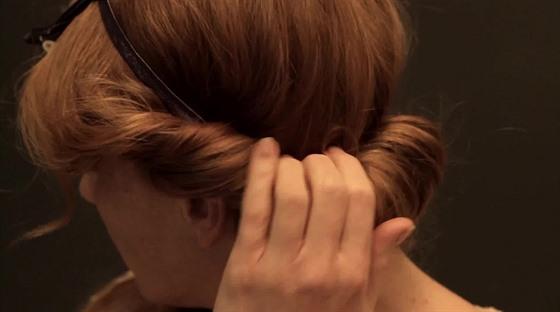 ae764eca0e2 VIDEO  Jak na efektní romantický účes  Stačí čelenka a šikovné ruce ...