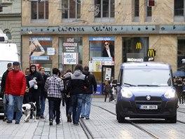 Až dvacet tramvají za hodinu, dodávka, osobák, sem tam velký náklaďák. Lidé,...