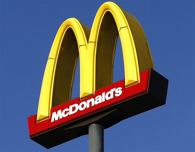 Cheeseburger u McDonald's zdražil, cena poprvé překročila 30 korun