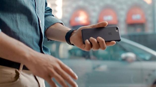 Čínský vtípek. Konkurent připravil kryt pro iPhone se svým logem ... 37c7b6ce6c1
