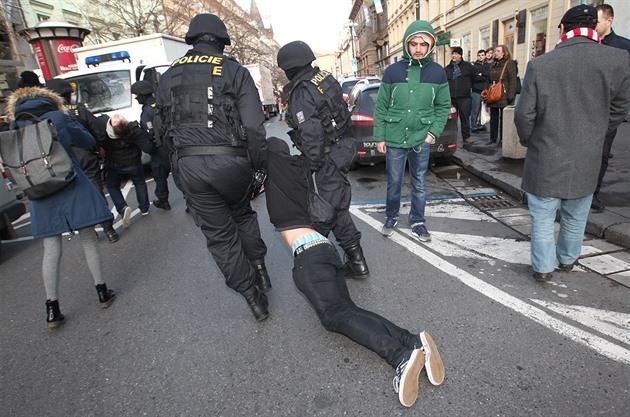 Policie získá pravomoc rozpustit shromáždění, schválili poslanci