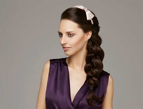 Vlasy můžete zaplést do copu i s čelenkou a schovat tak její méně ozdobnou  ... 8034778b02