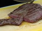 Flank steak může být krásně růžový, řeže se pak napříč přes vlákno.