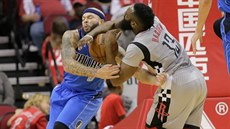 Deron Williams (vlevo) z Dallasu v tvrdém souboji s Jamesem Hardenem z Houstonu.