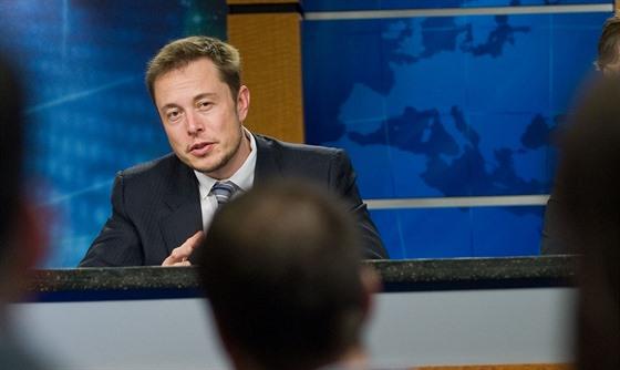 Elon Musk odpovídá na otázky novinářů na tiskové konferenci čtrnáct dnů před...
