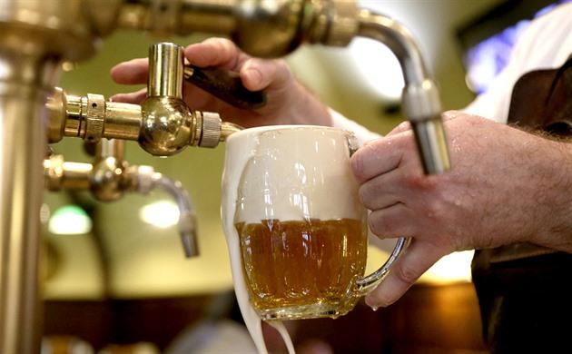 Opilec házel v restauraci židlemi, jednomu ze zraněných mužů rozbil brýle