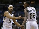 Khris Middleton (22) a Jerryd Bayless (19) z Milwaukee.