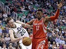 Dwight Howard (vpravo) z Houstonu fauluje Gordona Haywarda z Utahu.