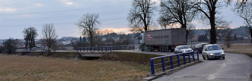 Silnice z Dačic do Slavonic nestačí. Obce chtějí rozšíření