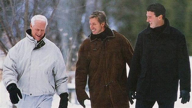 KANADSKÉ LEGENDY. Gordie Howe, Wayne Gretzky a Mario Lemieux (zleva) pøi...