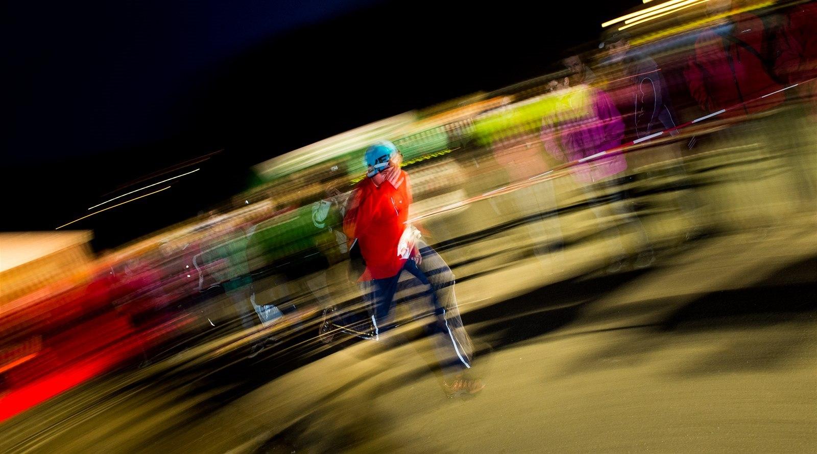 Noční fotografie zachycená pomocí tzv. panningu. Výsledkem je relativně  ostrý běžec a rozmazané pozadí d8bdc37550