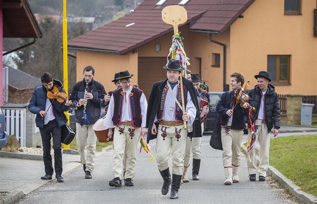 Na Velikonoční pondělí vyrazili krojovaní členové folklorního souboru Klobučan...