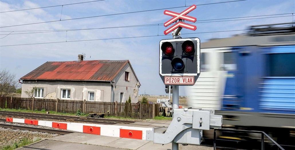Na Hodonínsku se vlak střetl s autem, jeden člověk je těžce zraněný