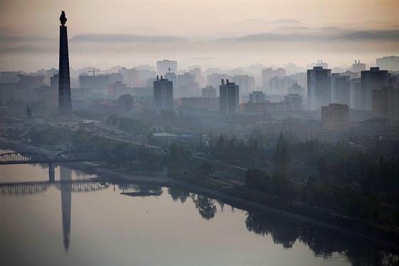 ZRCADLOVÁ HLADINA. 170 metrù vysoká vìž Èuèche v Pchjongjangu se odráží na...