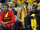 Jeff Teague, Mike Scott a Dennis Schröder (zleva) z Atlanty se z basketbalovému...