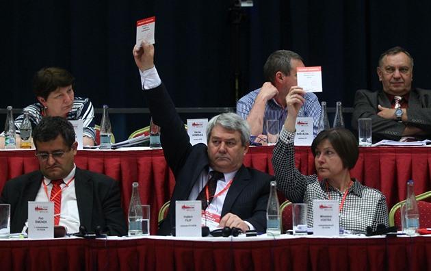 Větší zdanění cizích firem a oligarchů, pryč z NATO, plánují komunisté