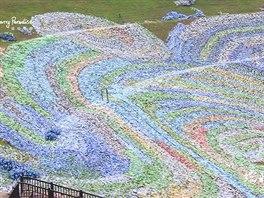 Miliony plastových lahví proměnily park ve van Goghův obraz.