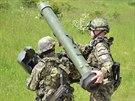 Čeští vojáci nabíjejí protiletadlový raketový komplet RBS-70.