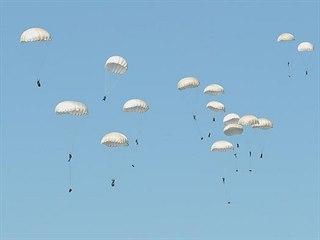 """Hromadný seskok amerických, polských a britských vojáků během cvičení """"Anakonda..."""