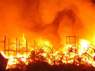 Požár zachvátil velký sklad textilu v ulici Matěje z Janova v Olomouci (25....