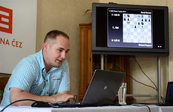 Dnes se věnuje též komentování šachových zápasů.