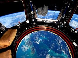 """Skleněné """"dno"""" modulu ISS na Vánoce 2015 nad Bahamskými ostrovy (foceno 17mm..."""