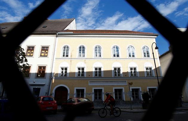 Z fasády Hitlerova rodného domu zmizí dobové prvky. Bude sloužit policii