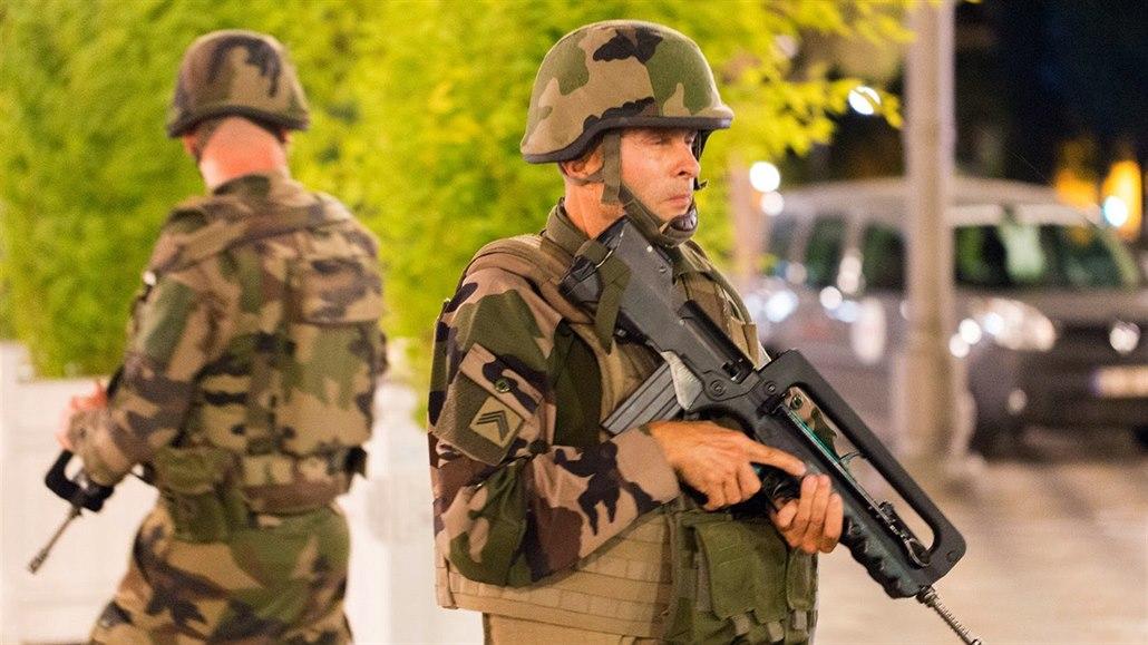 Zvýšená bezpečnostní opatření v Nice po teroristickém útoku (15. července 2016).