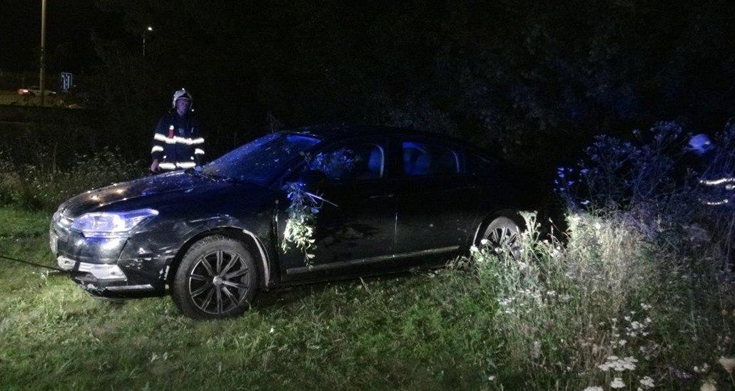 Řidič zůstal zaklíněn v autě a zemřel, policisté měli potíže s opilcem