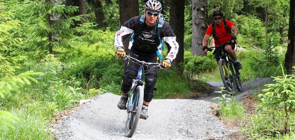 Na kola, koloběžky i pěšky. V horských skiareálech začala letní sezona