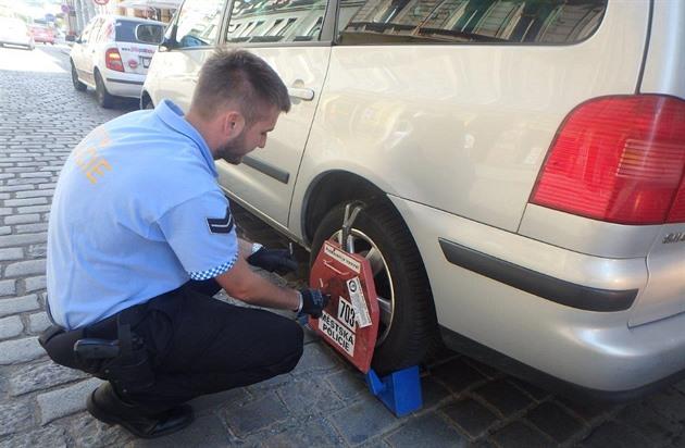 Za nezaplacené pokuty odebrání SPZ nebo botička. Návrh čeká v parlamentu