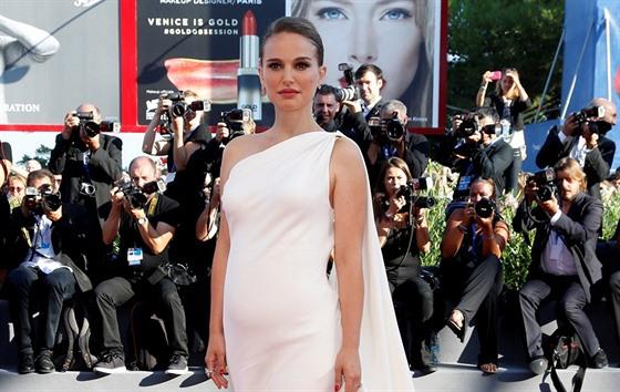 c873d2ef6 Natalie Portmanová je těhotná. Na festivalu v Benátkách ukázala ...