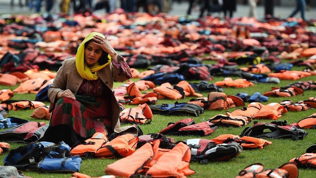622fb7b1d4 Jedna z přistěhovalkyň během protestů před Westminsterským palácem. Místní..