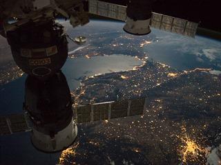 Vepředu vpravo je slavná Gibraltarská úžina a blíže k objektivu pak Gibraltar,...