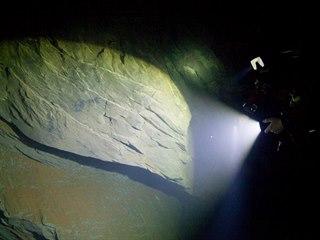Týmu speleologů a potápěčů se podařilo s pomocí dálkově ovládaného robota...