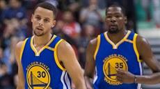 Stephen Curry (vlevo) a Kevin Durant z Golden State během prvního  společného. 28e814ed05