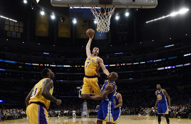 Larry Nance Jr. z Los Angeles Lakers smečuje přes Davida Westa z Golden State.