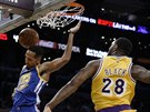 Shaun Livingston (34) z Golden State zasmečoval do koše LA Lakers, bránil ho...