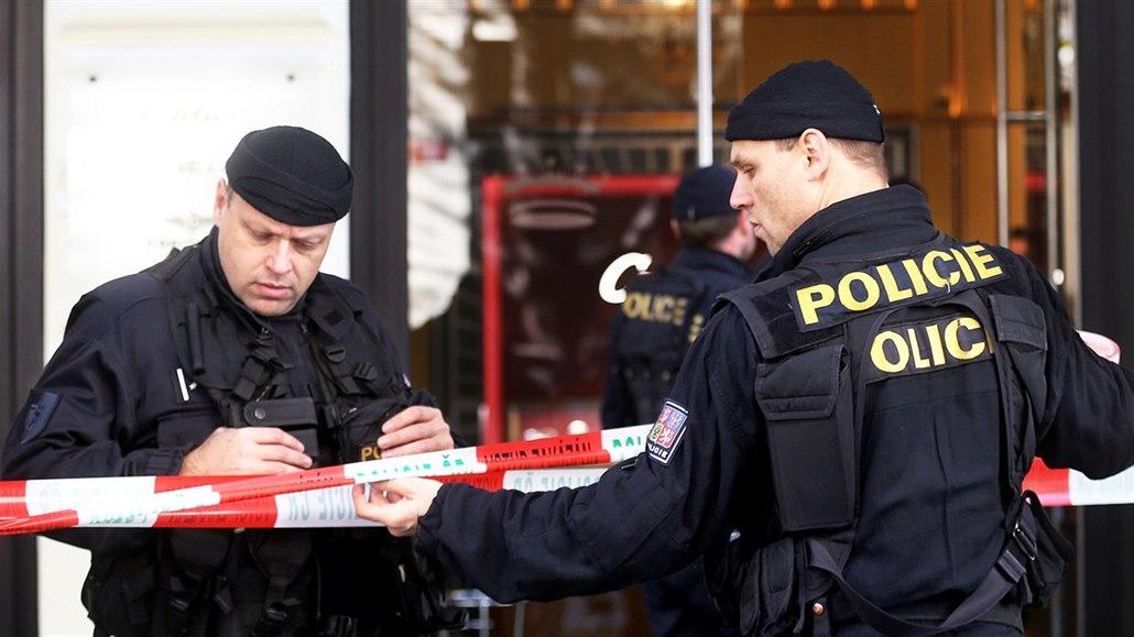 Zloděj odpálil bankomat, výbuch poškodil i defibrilátor a vstup infocentra